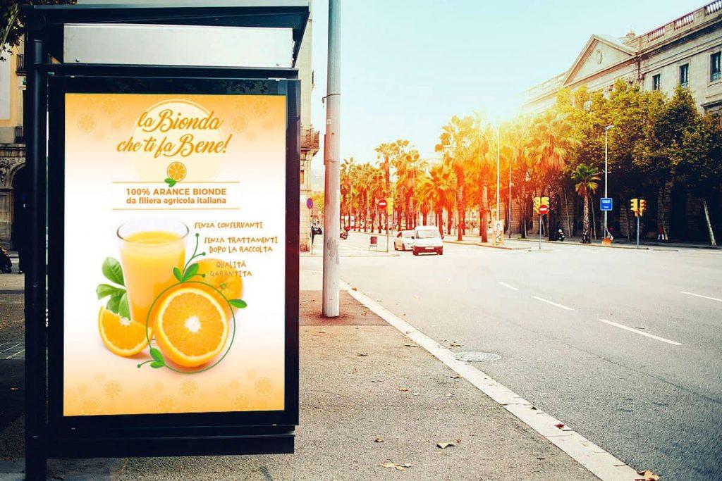 LA BIONDA CHE TI FA BENE - mockup pubblicitario alla fermata dell'autobus