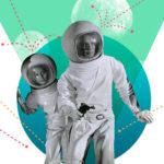 Due astronauti in costumi vintage si proteggono da un attacco
