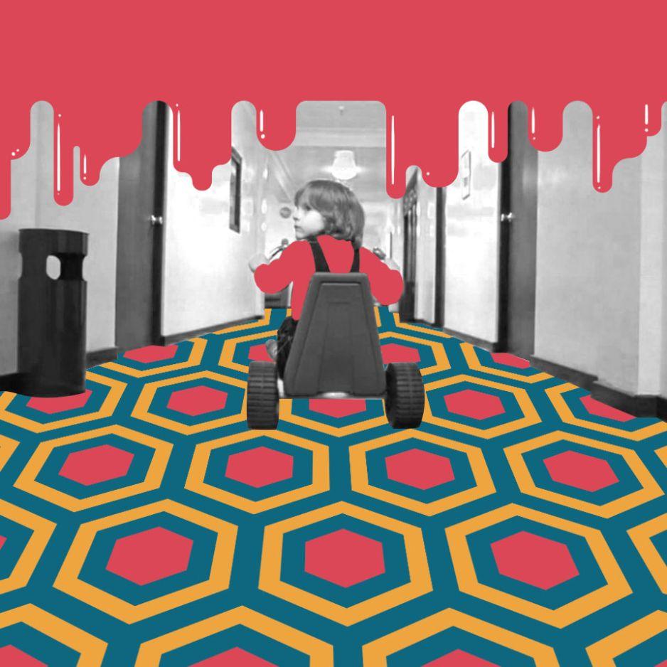 Bambino con triciclo nel corridoio hotel Shining